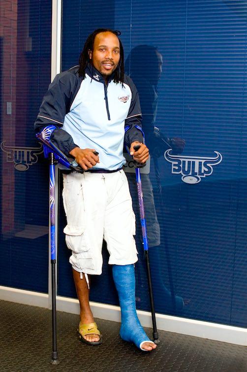 アコナ・ンドゥガネ(ラグビー選手)と松葉杖