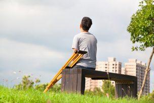 空を見上げる松葉杖ユーザー
