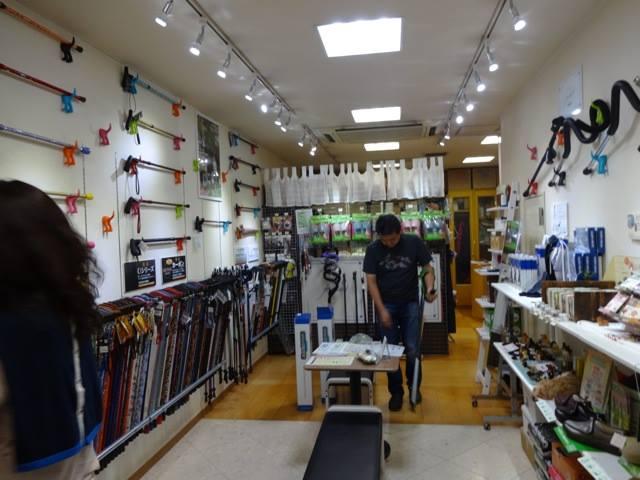 「杖の専門ショップ」フリッカート。奥行きのある店内には壁にもさまざまな杖がずら〜り!